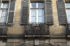 Ancien hôtel de Rougé, hôtel Vic de Pontgibaud - Deutsch: Hôtel Vic de Pontgibaud, Rue de Paris Nr. 38, in Moulins im Département Allier (Auvergne-Rhône-Alpes/Frankreich), Balkongitter mit Wappen