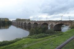 Pont de Regemortes - Deutsch: Brücke über den Allier, Pont Régemortes, in Moulins im Département Allier (Auvergne-Rhône-Alpes/Frankreich)