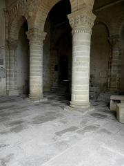 Eglise Saint-Menoux - Avant-nef de l'abbatiale Saint-Menoux, commune de Saint-Menoux (03).