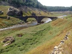 Pont de Tréboul - Français:   Pont de Tréboul à Ste Marie (Cantal) lors de la vidange du réservoir de Sarrans en 2014.