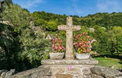 Vieux Pont - English: Cross on the Vieux Pont in Belcastel, Aveyron, France