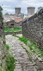 Donjon et les restes du château - English: Barbican in La Couvertoirade, Aveyron, France