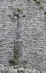 Eglise et ancien cimetière - English: Stone cross at the cemetery in La Couvertoirade, Aveyron, France.