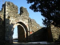 Restes de la porte de Ville - Français:   La porte de la Pique vue depuis la rue de l\'Eglise (Najac, Aveyron)