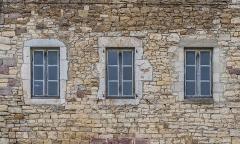 Château et sa chapelle, actuellement église paroissiale - English: Windows of the castle of Onet-le-Château, Aveyron, France