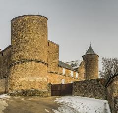 Château et sa chapelle, actuellement église paroissiale - English: Castle of Onet-le-Château, Aveyron, France