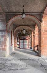 Ancien collège des Jésuites ou ancien lycée Foch - English: Arcades of the former Jesuit's College in Rodez, Aveyron, France