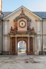 Ancien collège des Jésuites ou ancien lycée Foch - English: Gate of the former Jesuit's College in Rodez, Aveyron, France
