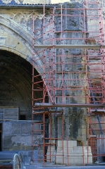 Maison d'Armagnac -  Beginning of the restoration of the south pilar of the west porch.