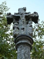 Croix du 16e siècle - Français:   Christ en croix et personnages de la croix (monument historique) située à l\'entrée d\'Orlhaguet, près du pont (Sainte-Geneviève-sur-Argence)