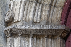 Eglise Notre-Dame-de-l'Assomption -  The capitals of the archivolts are fused into a single banner bearing a quotation from verse 40, chapter 7 of the Ecclesiastes: