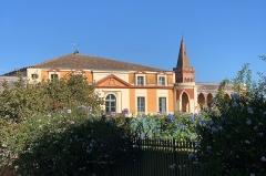 Maison dite Maison du Barry - Français:   Maison du Barry à Lévignac (Haute-Garonne) côté jardin avec clocher de l\'église