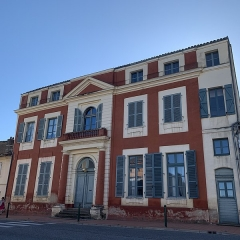 Maison dite Maison du Barry - Français:   Façade de la maison du Barry depuis la rue principale de Lévignac (Haute-Garonne)