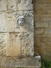 Ruines antiques - Español: Las piedras de los edificios romanos se utilizaron en la construcción de la iglesia.