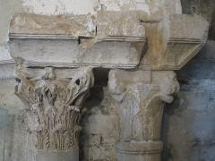 Ruines antiques - Deutsch: Zwei Kapitelle in der Kirche. Links: römisch, Spolie in Zweitverwendung; rechts: romanisch