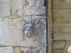 Ruines antiques -  Pierre romaine utilisée dans le mur de la basilique romane Saint-Just de Valcabrère (France)