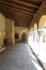Eglise collégiale Saint-Pierre et Saint-Gaudens - English: One side of the cloister of the Collegiate Church Saint-Pierre de Saint-Gaudens. Taken August 24th 2019