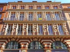 Maison en terre cuite de Virebent - Français:   Immeuble orné de statues au premier étage et de colonnes au second