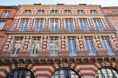 Maison en terre cuite de Virebent - Français:   Immeubles aux cariatides, fin des années 1830, Toulouse. Architecte Auguste Virebent.