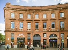 Place Wilson - English:  Facade of Building 1 place of President Thomas Wilson, Toulouse, by Jacques-Pascal Virebent.