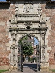 Ancienne porte du Capitole réédifiée dans le jardin des Plantes de Toulouse - Français:   Portail Renaissance de l\'ancien Capitole au Jardin des Plantes, 1575, Toulouse.