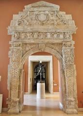 Ancienne porte du Capitole réédifiée dans le jardin des Plantes de Toulouse - Français:   Porte Renaissance de la salle du Grand consistoire du Capitole de Toulouse, 1553. Démontée en 1885 lors de la démolition du bâtiment, elle est maintenant exposée au musée du Louvre à Paris.