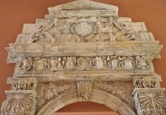 Ancienne porte du Capitole réédifiée dans le jardin des Plantes de Toulouse - Français:   Haut de la porte Renaissance de la salle du Grand consistoire du Capitole de Toulouse, 1553. Démontée en 1885 lors de la démolition du bâtiment, elle est maintenant exposée au musée du Louvre à Paris.
