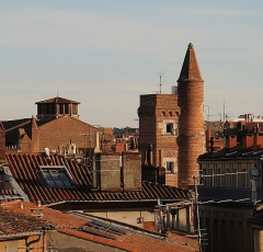Tour de Serta - Français:   Sommet de la tour de Serta (1529, Toulouse), avec le clocher des Augustins en arrière-plan.