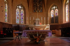 Eglise -  The Tridentine high-altar is surmounted by a bas-relief of the Assumption of the Virgin. To respect the rite Vatican II, a marbles of Lauragais tomb shaped was placed in front of the bedside.