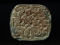 Ancien couvent des Jacobins -  Sceau aztèque (pintadera). D'après la notice du musée: connus en mésoamérique depuis le Préclassique, les sceaux devinrent très répandus et standardisés durant l'époque aztèque. Ils permettaient, à la manière des tampons encreurs, d'imprimer différents motifs sur la peau. Musée d'Auch.