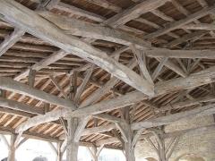 Halle et Hôtel de ville - Français:   Saint-Clar: la Halle, intérieur, la charpente en bois