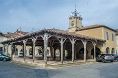 Halle et Hôtel de ville - Français:   Saint-Clar (Gers, France), la halle centrale et la maison commune