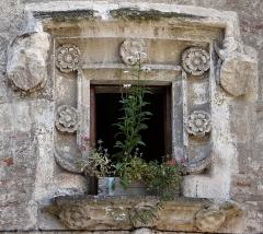 Immeuble - Français:   Cahors - Hôtel d\'Alamand, 40 rue du Portail-Alban - Tour-escalier: fenêtre