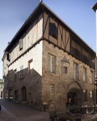 Maison - English: Hôtel d' Auglanat. Figeac. Occitanie, Lot. France. House façade (Hôtel d' Auglanat). 15th century. Ref: PM_118070_F_Figeac. Photo: Paul M.R. Maeyaert. pmrmaeyaert@gmail.com. www.polmayer.com. © Paul M.R. Maeyaert; pmrmaeyaert@gmail.com