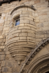 Maison - English: Hôtel d' Auglanat. Figeac. Occitanie, Lot. France. House façade (Hôtel d' Auglanat). 15th century. Ref: PM_118081_F_Figeac. Photo: Paul M.R. Maeyaert. pmrmaeyaert@gmail.com. www.polmayer.com. © Paul M.R. Maeyaert; pmrmaeyaert@gmail.com