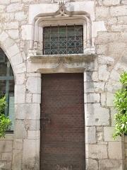 Immeuble dit Maison Mazot - Français:   Porte d\'entrée de la maison Mazot, siège aujourd\'hui de la mairie. Cette porte d\'entréeest surmontée de linteaux en accolade et d\'une imposte (Rocamadour, Lot)