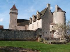 Château de Couanac - Français:   Corps de logis principal;du château de Couanac avec ses deux tours d\'angle, l\'une ronde, l\'autre carrée.