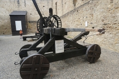 Château et donjon de Gaston Phoebus - English: One of the medieval war machines on display inside the courtyard of Mauvezin Castle. Photo taken on August 26th 2019.