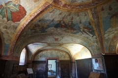 Chapelle Notre-Dame-de-Garaison et bâtiments conventuels - English: This photo shows the detail of the wall and ceiling paintings inside the Sacristy of the The Notre-Dame-de-Garaison. The entrance to the sacristy is via the door visible in the photo. Photo taken on 23 August 2019.