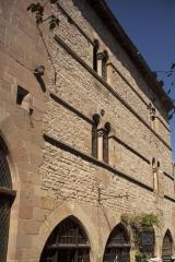 Immeuble - English: Grand-Rue. Cordes-sur-Ciel. Occitanie, Tarn. France. House façade. Ref: PM_117968_F_Cordes_sur_Ciel. Photo: Paul M.R. Maeyaert. pmrmaeyaert@gmail.com. www.polmayer.com. © Paul M.R. Maeyaert; pmrmaeyaert@gmail.com