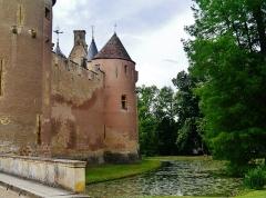 Château - Deutsch: Außenmauer des Schlosses Ainay-le-Vieil, Ainay-le-Vieil, Département Cher, Region Zentrum-Loiretal, Frankreich
