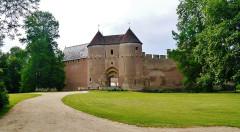 Château - Deutsch: Tor des Schlosses Ainay-le-Vieil, Ainay-le-Vieil, Département Cher, Region Zentrum-Loiretal, Frankreich