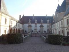 Château - Français:   Cour d\'honneur, façade nord, château de Blancafort