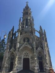 Basilique Notre-Dame-des-Enfants - Français:   Façade néo-gothique de la Basilique Notre-Dame-des-Enfants à Châteauneuf-sur-Cher, Centre, France. Basilique Notre-Dame des Enfants à Châteauneuf-sur-Cher, sous le patronage de Saint-Pierre et Saint-Paul, seul édifice religieux en France dédié aux enfants. En 1861, l'abbé Ducros est nommé à la cure de Châteauneuf-sur-Cher. L'église est quasiment en ruine. Il a alors l\'idée de demander deux sous à tous les enfants de France pour la reconstruire. Il reçoit beaucoup de petits dons, accompagnés de nombreuses lettres. Dans l'une d'elles, une fille de dix ans habitant Semur-en-Brionnais, évoque Notre-Dame des Enfants. L'idée est adoptée. La première pierre est posée en 1869, l\'édifice est ouvert au culte en 1879, est achevé en 1886. Le pape Léon XIII l'érige en basilique mineure en 1896. Elle est consacrée le 24 avril 1898.