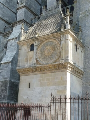 Cathédrale Notre-Dame - Français:   ref MH PA00096993 Pavillon de l\'horloge construit sous la responsabilité du maitre d'œuvre Jehan de Beauce au 16ème siècle sous la commande du chapitre de la cathédrale. Restauré plusieurs fois, il a fait l\'objet en 2010 d\'un nettoyage de ces pierres pour redonner la couleur claire de la pierre de Berchère avec laquelle la cathédrale est construite.