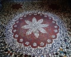 Maison Picassiette, actuellement musée Picassiette - Deutsch: Fußboden der Kapelle des Picassiette-Hauses, Chartres, Département Eure-et-Loire, Region Zentrum-Loiretal, Frankreich