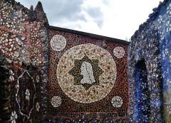 Maison Picassiette, actuellement musée Picassiette - Deutsch: Durchgang zum Garten des Picassiette-Hauses, Chartres, Département Eure-et-Loire, Region Zentrum-Loiretal, Frankreich