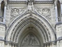 Domaine de la chapelle royale Saint-Louis - Français:   Façade occidentale de la chapelle royale Saint-Louis de Dreux (28). Tympan et archivoltes.