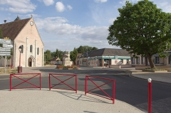 Eglise Saint-Cyr et Sainte-Julitte -  Vue de la place de l'Église à Jouy (Eure-et-Loir, France)