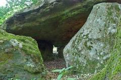 Dolmen dit la Pierre couverte de Bué - Bagneux (Indre)  Dolmen dit de la Pierre couverte de Bué (Néolithique).    \